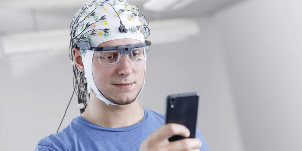 TobiiPro-a-person-wearing-ProGlasses2-syncronized-with-EEG-2_1_tiny